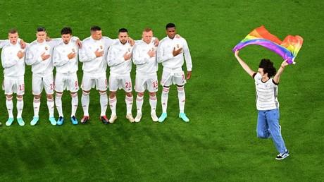 Un individu courant sur le terrain en brandissant un grand drapeau arc-en-ciel, pendant l'hymne hongrois, lors du match de l'Euro de football Allemagne-Hongrie à Munich le 23 juin.