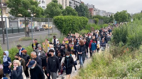 Une centaine de riverains du quartier Stalingrad à Paris ont manifesté le 23 juin autour du jardin d'Eole pour demander une prise en charge des toxicomanes.