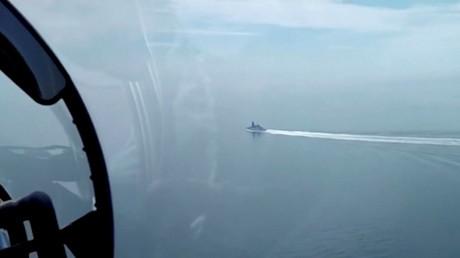 Un destroyer britannique vu depuis un avion militaire russe, le 23 juin 2021.