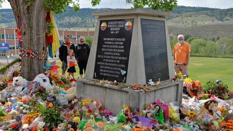 Le 6 juin 2021, des visiteurs se recueillent devant le mémorial du pensionnat indien de Kamloops érigé en l'honneur des 215 tombes d'enfants découvertes sur le site.