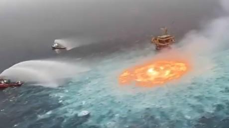 L'incendie près de la plateforme pétrolière du groupe Pemex, dans la baie de Campeche.