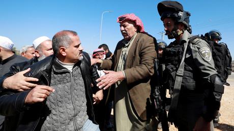 Un homme palestinien proteste contre les colonisations israéliennes près du village de Qusra en Cisjordanie occupée le 3 mars 2020 (image d'illustration).