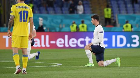 Le joueur anglais Mason Mount s'agenouille face à l'équipe ukrainienne le 3 juillet 2021 au stade olympique de Rome en Italie.