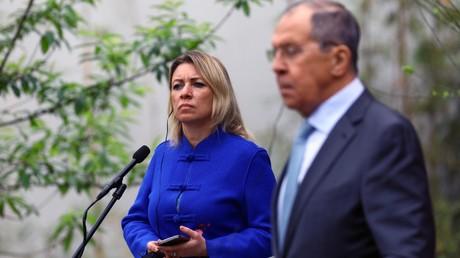 La porte-parole de la diplomatie russe, Maria Zakharova, se tient à côté du ministre russe des Affaires étrangères Sergueï Lavrov lors d'une conférence de presse à Guilin, Chine, le 23 mars 2021.