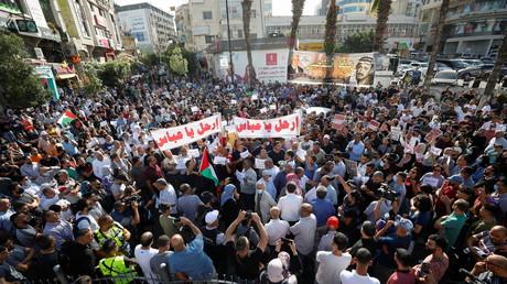 Des manifestants palestiniens assistent à une manifestation anti-Autorité palestinienne à Ramallah, en Cisjordanie occupée par Israël, le 3 juillet 2021. La banderole dit :