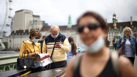 Des promeneurs portent un masque sur le pont de Westminster à Londres au Royaume-Uni le 4 juillet 2021 (image d'illustration).