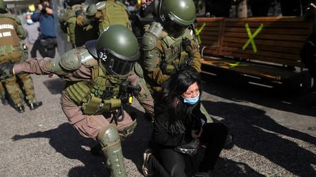 La police anti-émeute arrête un manifestant lors d'un rassemblement en marge de la première session de rédaction d'une nouvelle constitution, à Santiago, au Chili, le 4 juillet 2021.