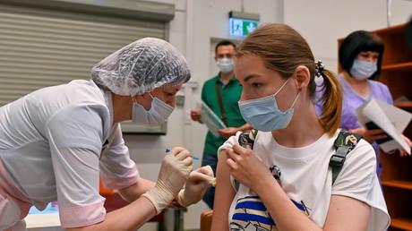 Une femme reçoit une dose du vaccin Spoutnik V contre le Covid-19 à Omsk en Russie le 29 juin 2021.