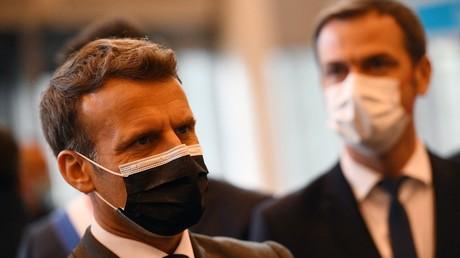 Le président français Emmanuel Macron visite un centre de vaccination contre le Covid-19 au palais des congrès de la Porte de Versailles à Paris le 6 mai 2021.