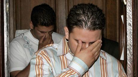 Nizar Sassi et Mourad Benchellali, deux Français passés par Guantanamo, quittent le palais de justice de Paris où ils sont jugés pour «association de malfaiteurs en relation avec une entreprise terroriste», le 3 juillet 2006.