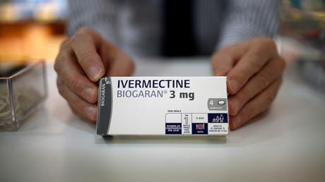 Une boîte d'ivermectine, fabriqué par Biogaran, sur le comptoir d'une pharmacie à Paris, le 28 avril 2020 (image d'illustration).