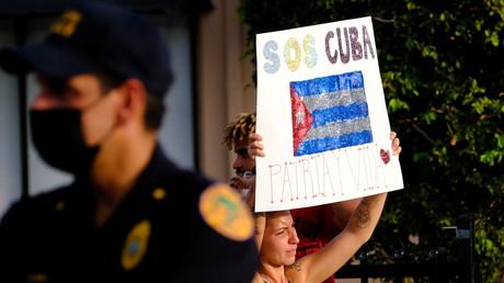 Une femme brandit une pancarte