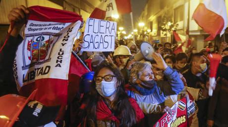 Des partisans de Keiko Fujimori tentent de défiler jusqu'au palais du gouvernement à Lima le 14 juillet 2021.