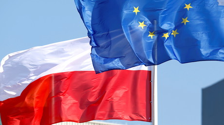 Les drapeaux de l'Union européenne et de la Pologne, à Mazeikiai, en Lituanie le 14 juillet 2021 (image d'illustration)