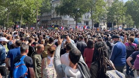 Des manifestants à Paris contre l'extension du pass sanitaire.