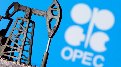 Reproduction de vérin de pompe à pétrole devant le logo de l'Organisation des pays exportateurs de pétrole (image d'illustration).