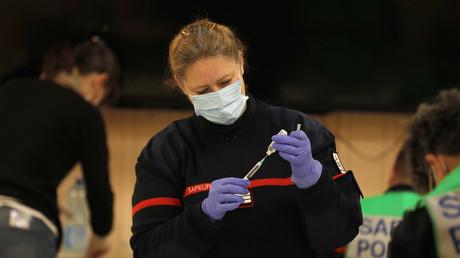 Un pompier préparant une injection de vaccin contre le Covid-19 (image d'illustration).