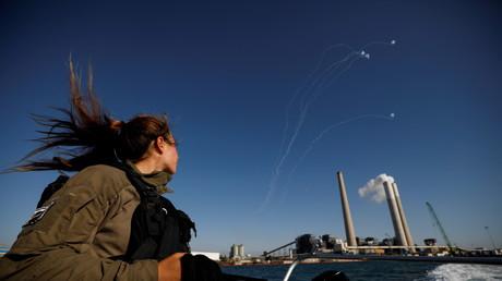 Un soldat israélien contemplant une interception du Dôme de fer, le 19 mai 2021 (image d'illustration).