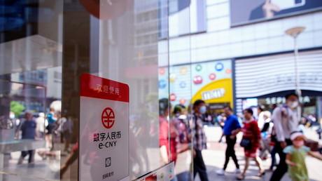 Un panneau signale la possibilité de payer en e-CNY aussi appelé yuan numérique, dans un centre commercial à Shanghai, en Chine, le 5 mai 2021.