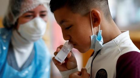 Test salivaire Covid-19 sur un élève de primaire à Nice le 26 avril 2021 (image d'illustration).