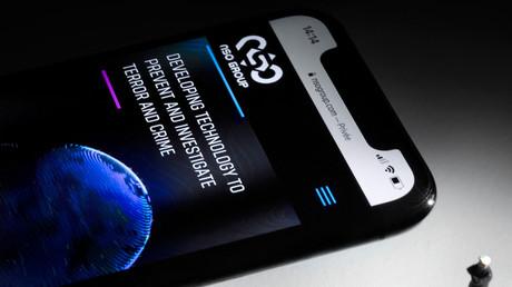 Un smartphone affiche le site du groupe NSO qui a crée le logiciel Pegasus (image d'illustration).
