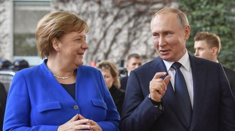 La chancelière allemande Angela Merkel et le président russe Vladimir Poutine, lors d'un sommet sur la paix en Libye en janvier 2020 (image d'illustration).