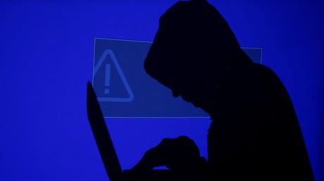 Un homme devant un ordinateur portable le 13 mai 2017 (illustration).