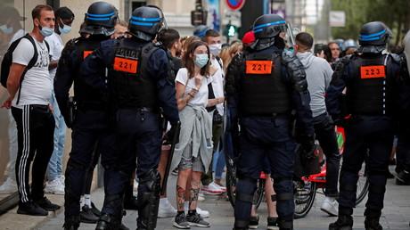 Des policiers encadrent des manifestants lors d'un rassemblement contre le pass sanitaire à Paris, le 24 juillet 2021.