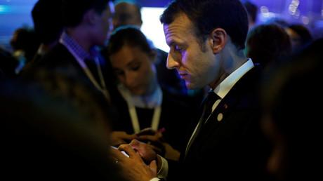 Emmanuel Macron sur son téléphone, le 12 décembre 2017 (image d'illustration).