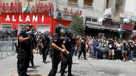 Intervention de la police lors des manifestations à Tunis contre la classe politique, le 25 juillet 2021.