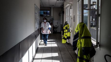 Un employé de l'hôpital Edouard-Herriot Lyon marche dans un couloir du service des urgences, le 19 mars 2020 (image d'illustration)