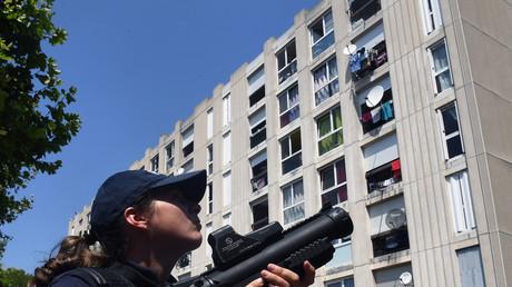 Une fonctionnaire de police en mission de sécurisation lors d'un déplacement du ministre de l'Intérieur dans le quartier de la Castellane à Marseille, 5 juillet 2018 (image d'illustration).