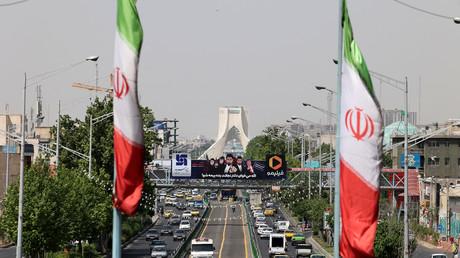 Deux drapeaux iraniens devant la rue Azadi, à Téhéran, le 20 avril 2021 (image d'illustration)
