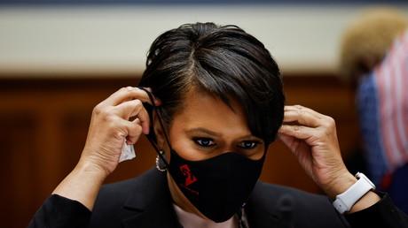 La maire de Washington DC Muriel Bowser enlève son masque lors d'une audition au Capitole, à Washington, le 22 mars 2021.