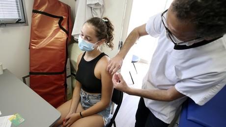 Une adolescente reçoit une dose de vaccin Pfitzer contre le Covid-19 dans un Vaccibus à Aregno, en Corse, le 22 juillet 2021 (illustration).
