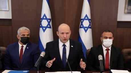Le Premier ministre israélien et  Yair Lapid à sa droite en conférence de presse le 4 juillet 2021 (image d'illustration).