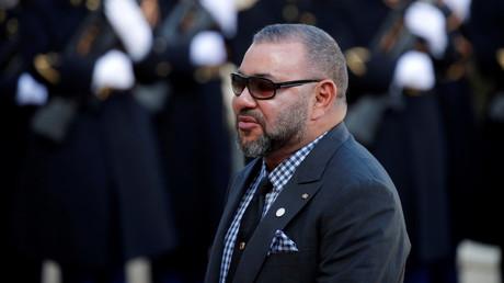 Le roi du Maroc Mohammed VI arrive pour un déjeuner à l'Elysée dans le cadre du One Planet Summit à Paris, France, le 12 décembre 2017.