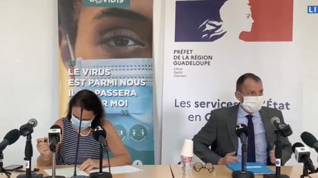 Valérie Denux, directrice générale de l'ARS Guadeloupe, et Alexandre Rochatte, préfet de région, en conférence de presse le 2 août 2021.