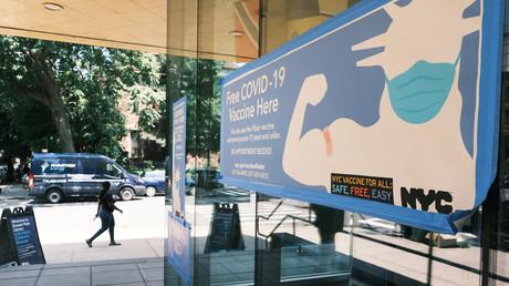 Une pharmacie fait la promotion de la vaccination contre le Covid-19 dans un quartier de Brooklyn, le 30 juillet 2021 (image d'illustration).
