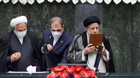 Le nouveau président Ebrahim Raïssi lors de sa prestation de serment devant le Parlement iranien, le 5 août.