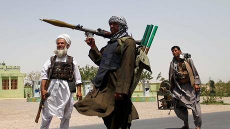 Des  miliciens afghans armés opposés aux Taliban le 30 juillet 2021 dans la province de Herat.