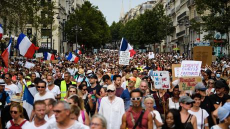 Des manifestants lors d'une journée nationale de protestation contre la vaccination obligatoire pour certains travailleurs et l'extension du pass sanitaire, à Paris le 7 août 2021 (illustration).