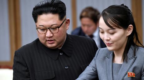 Le leader nord-coréen Kim Jong-un en compagnie de sa sœur Kim Yo-jong, dans le village de Panmunjom, en zone démilitarisée entre les deux Corées le 27 avril 2018 (image d'illustration).