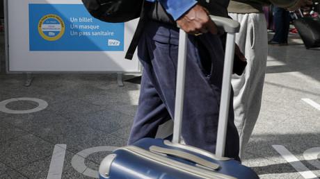 Un voyageur à la gare de Lyon, à Paris, le 9 août 2021 (image d'illustration).