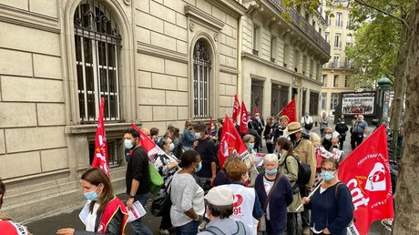Des personnels hospitaliers protestent contre l'obligation vaccinale des soignants devant l'AP-HP à Paris, le 10 août.