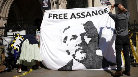 Des partisans du fondateur de Wikileaks, Julian Assange, manifestent devant la Royal Court of Justice lors de l'appel du gouvernement américain contre la décision de non-extradition d'Assange, à Londres, en Grande-Bretagne, le 11 août 2021.