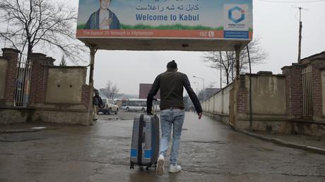 Un réfugié afghan expulsé d'Allemagne à l'aéroport international de Kaboul le 24 janvier 2017. (image d'illustration)