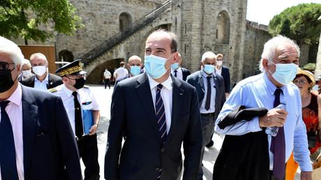 Le Premier ministre Jean Castex dans le centre de Carcassonne le 11 août 2021 avec le maire Gérard Larrat lors d'une visite axée sur l'application du pass sanitaire.