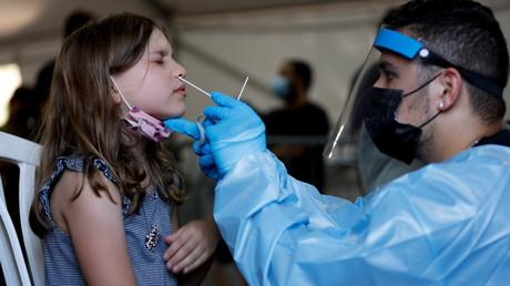 Un test Covid-19 pratiqué sur une enfant à Tel Aviv, le 8 juillet 2021 (image d'illustration).