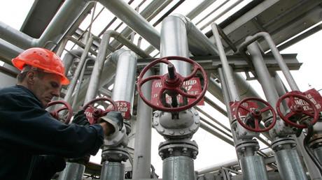 Un ouvrier manipule une valve à la raffinerie du groupe pétrolier public Rosneft, à Touapsé sur les bords de la Mer Noire (illustration).
